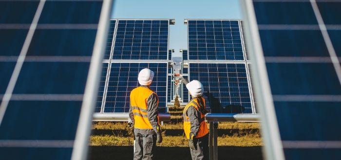 Dos-ingenieros-observando-paneles-solares