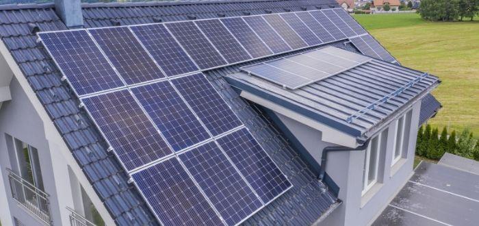 casa-con-paneles-solares-instalados