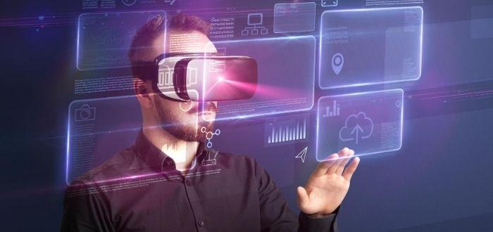Persona usando gafas de RV