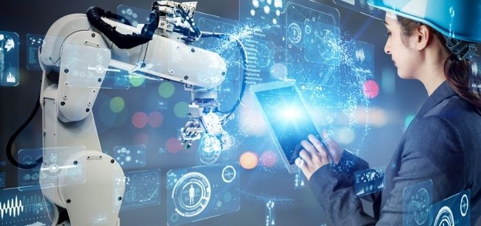 Trabajadora humana interactuando con robot colaborativo