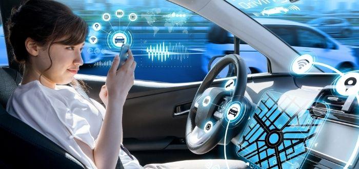 Persona usando un smartphone en un vehiculo automano