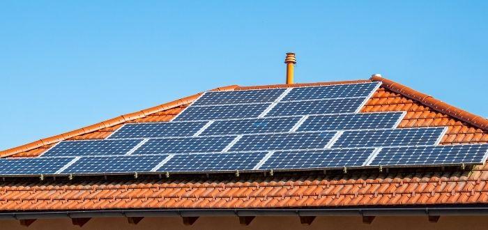 Tejado con energía solar fotovoltaica