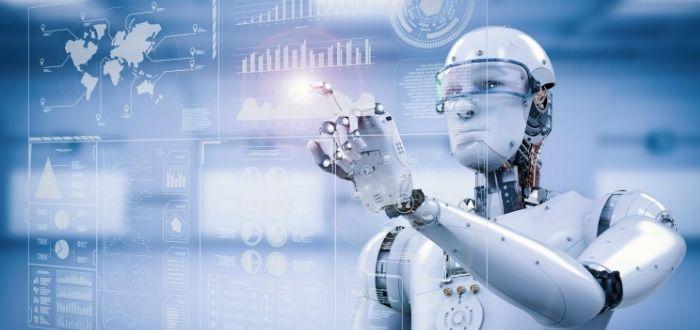 Robot humanoide analizando datos