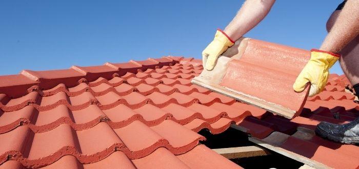 Instalación de tejas en el techo de una vivienda