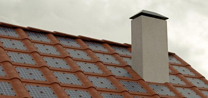Tejas solares en tejado con chimenea
