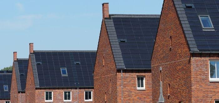 Vecindario con tejados de cristal solares