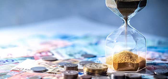 Dinero y reloj de arena