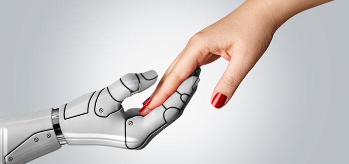 mano-de-mujer-y-robot