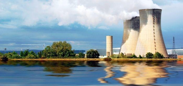 Central nuclear cerca de lago