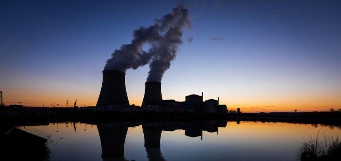 Central nuclear en el anochecer | Energía nuclear