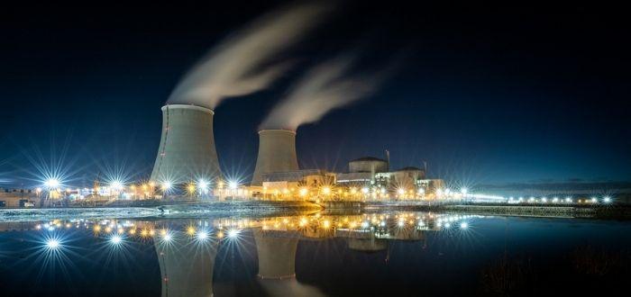 Central nuclear a la luz de la luna