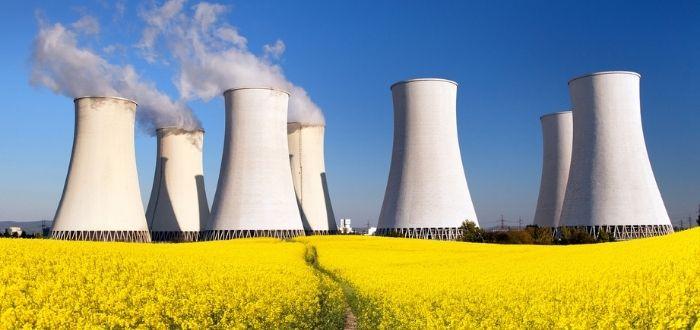 Campo con estructuras de centrales nucleares
