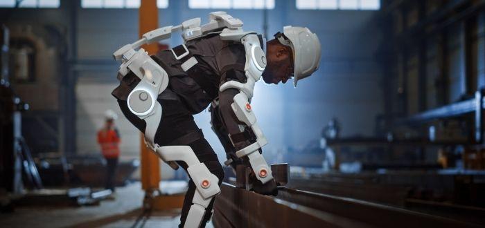 Ingeniero probando exoesqueleto robótico | Biohacking