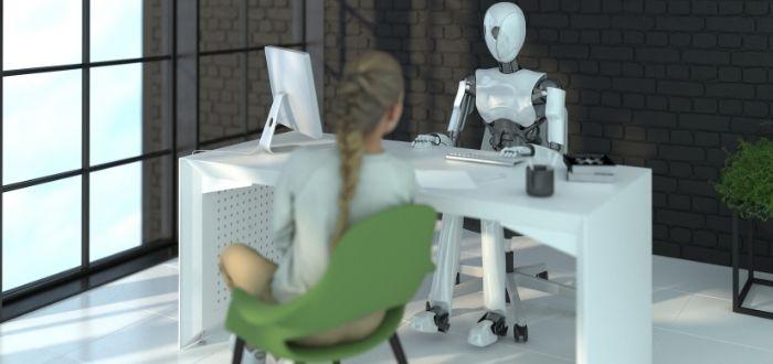 Robot androide en interacción con humana