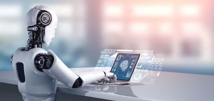 Robot android usando un computador