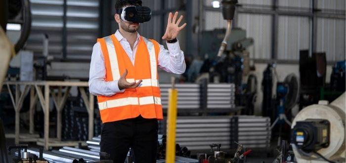 Empleado con gafas de realidad virtual