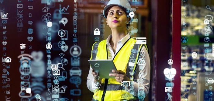 Trabajadora en sitio de trabajo   Internet industrial de las cosas